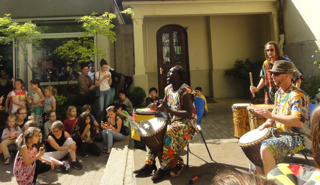 """Die """"kleine"""" Djembe-Djolof-Gruppe auf nem Schulfest in Augsburg"""